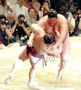 93年名古屋場所千秋楽、曙は巴戦で貴ノ花を寄り倒して若貴連破。横綱初優勝を決めた