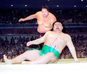 94年春場所千秋楽、優勝決定巴戦で曙(奥)は貴ノ浪に続いて貴闘力(手前)をも下し、7度目の優勝を決めた