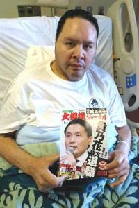 元貴乃花親方が表紙になった「スポーツ報知 大相撲ジャーナル」を持つ入院中の曙