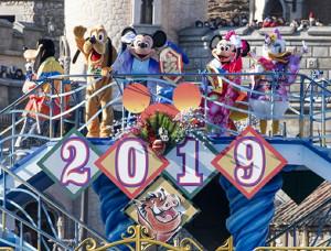 TDS「ニューイヤーズ・グリーティング」では、ミッキーらが晴れ着で登場し、2019の文字の下にはプンバァのバナーが(C)Disney