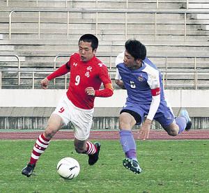 サイドをドリブルで駆け上がる秋田商・鈴木宝(左)