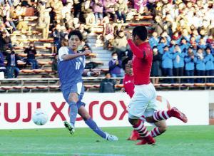 試合終了間際、富山第一・小森(左)がシュートを放つもGKに阻まれた