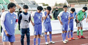 2回戦敗退となり、スタンドにあいさつする中田主将(左端)ら富山第一イレブン