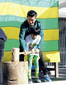 城内FCの選手と餅つきするカズ(奥)