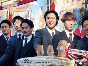 鏡開きを行った(左から)中村隼人、坂東新悟、中村歌昇、尾上松也、坂東巳之助ら