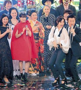 熱唱するサザンオールスターズの桑田佳祐(右)と松任谷由実(右から2人目)