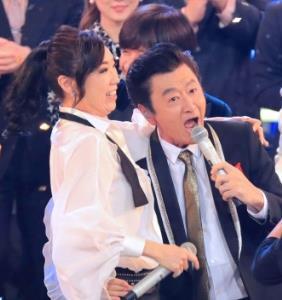 熱唱するサザンオールスターズの桑田佳祐(右)と松任谷由実