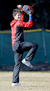 出身の友部シニアのグラウンドで初投げを行ったドラフト1位の高橋(カメラ・泉 貫太)