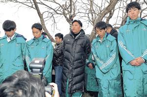 報告会であいさつする青学大・原監督(中央=左から竹石、森田、1人おいて梶谷、橋詰)