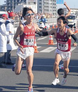 帝京大3区・遠藤(左)からタスキを受け取る4区・横井