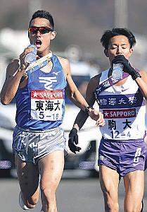 給水を取る東海大4区・館沢(左)と駒大・加藤
