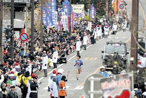 沿道から大勢の観客が声援を送る中、ゴールを目指す東海大5区・西田(カメラ・相川 和寛)