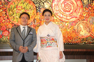 17年5月に開催した蜷川有紀の個展「薔薇の神曲」に訪れた猪瀬直樹氏