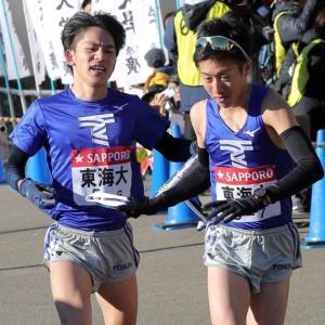 小田原中継所では東海大6区・中島怜利(左)からたすきを受け取った7区・阪口竜平