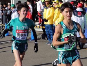 小田原中継所で6区・小野田勇次(左)からたすきを受け取っていた7区・林奎介