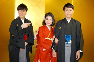 元日婚を報告した双子漫才コンビ「吉田たち」の兄・ゆうへい(右)、吉本新喜劇女優・井上安世(中央)。左は弟・こうへい