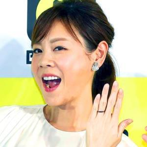 結婚指輪を披露するフリーアナウンサーの高橋真麻