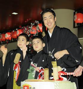 鏡開きを行う(左から)寺嶋眞秀、寺嶋和史、尾上菊之助