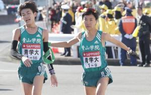 3位で8区・飯田貴之からタスキを受け取る青学大9区・吉田圭太(右)