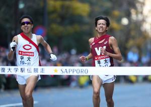 ゴールする早大10区の小沢直人(右)と中大・川崎新太郎