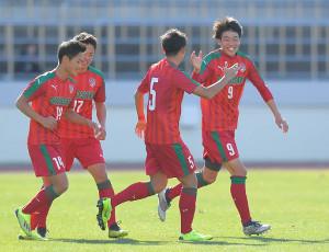 後半、チーム2点目のゴールを決め喜ぶ尚志・染野唯月(右端)