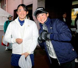 双子の妹・岩井千怜(左)と姉の明愛