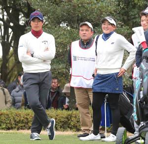 石川遼(左)からアドバイスを受ける岩井千怜