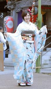 晴れ着を披露する岩田華怜