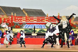 舞台で見えをきる(左から)麗禾ちゃん、勸玄くん、市川海老蔵