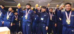 箱根駅伝初優勝を祝し乾杯する東海大・湊谷主将(中央左)ら