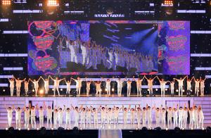 大阪城ホール公演の初日で、手をつなぎ、ファンの声援に応える関西ジャニーズJr.のメンバー(ジャニーズ提供)