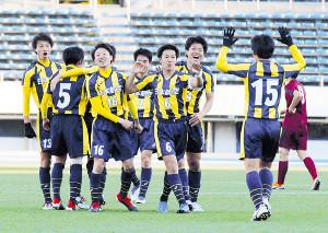 8強入りを決め喜ぶ日本航空の選手たち