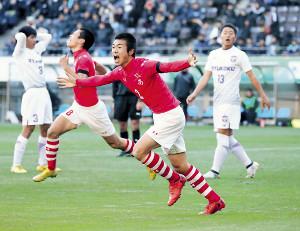 後半40分、CKのボールを頭で押し込んだ秋田商・山本(右から2人目、カメラ・大好 敦)