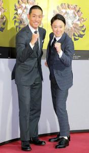 笑顔でポーズを取る勘九郎(左)と阿部サダヲ