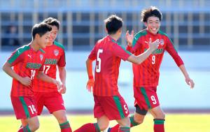 後半11分、チーム2点目のゴールを決め喜ぶ尚志・染野(右)