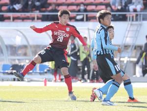 決勝のゴールを決める瀬戸内・中川(左)