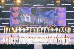 大阪城ホール公演の初日で、手をつなぎ、ファンの声援に応える関西ジャニーズJr.