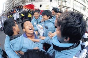 ゴール後、抱き合って歓喜する10区・郡司(中央)と東海大選手たち(カメラ・橋口 真)