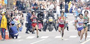 11年、10区で国学院大・寺田(左)がゴール直前の交差点でコースを間違え慌てて追走した