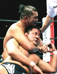 12年前の「レッスルキングダム」で鈴木みのる(上)が永田裕志を絞め落とし三冠ヘビー級王座を防衛(2007年1月4日・東京ドーム)
