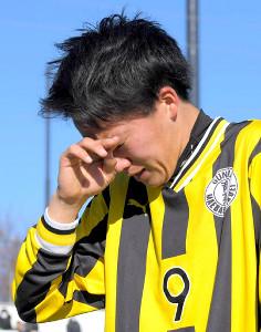前回王者の前橋育英が3回戦で敗退、涙をぬぐうエースの榎本樹
