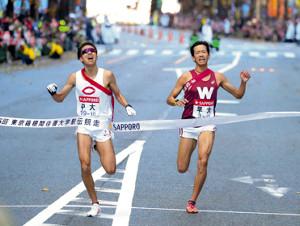 競り合いながらゴールする11位の中大・川崎(左)と12位の早大・小沢(カメラ・清水 武)