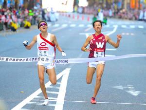 ゴール前で競り合う11位の中大・川崎新太郎(左)と12位の早大・小沢直人(カメラ・清水 武)
