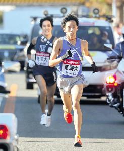 8区、並走していた東洋大・鈴木(後方)を突き放し快走する東海大・小松。22年ぶりに区間新記録をマーク