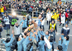 チームメートから胴上げされる10区・郡司。東海大は平成最後の年に箱根駅伝初優勝を決めた(カメラ・安藤 篤志)