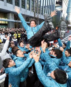 箱根駅伝で総合優勝し、胴上げされる東海大の両角速監督