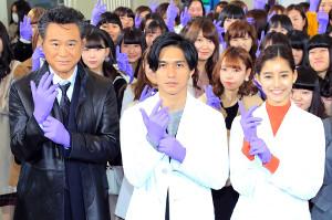 紫の手袋を着けポーズを決める(左から)船越英一郎、錦戸亮、新木優子