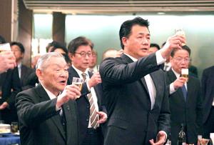 年賀式で優勝を誓った中日・与田監督(右)と白井オーナー