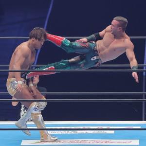 飯伏幸太(左)に強烈なキックを放つウィル・オスプレイ(カメラ・中島 傑)