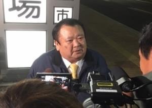 報道陣に囲まれる木村清社長
